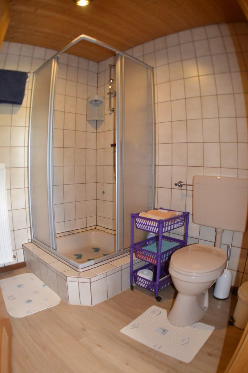 kleine ferienwohnung trapp ansicht bad wc ferienwohnung haus trapp. Black Bedroom Furniture Sets. Home Design Ideas